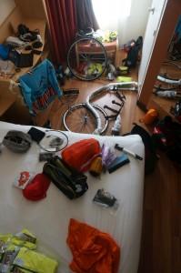 Ein Hotelzimmer wird zum Kickbike-Montage-Platz