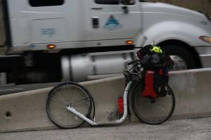 Chuck Jelen. Foto mit Wasserwaage. Man sieht die durchschnittliche Steigung der Autobahn