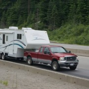 Autobahnimpressionen. Ein durchschnittlich großer Wohnwagen