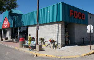 Nach 300 Kilometer endlich ein offener Supermarkt. Melville