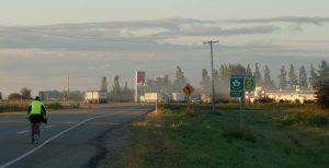 Morgennebel in der Prärie; mit Frederic.. Nähe Gladstone, Manitoba