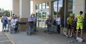 Unsere Fans vor dem Supermarkt. Frederic und ich werden von Groupies belagert. (c) Josef Kvita