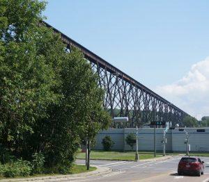 westlich von Quebec-City, Quebec. Diese hohe Eisenbanbrücke sahen wir schon gestern, nur bei schlechterem Wetter