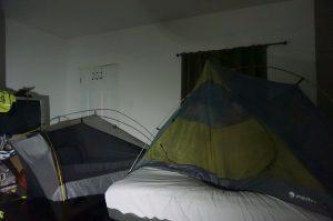 Josef und Frederic schliefen wegen der Moskitos im Innenzelt. Und das im Motelzimmer