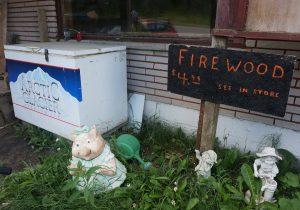Truck Stop Batchawana Bay, Ontario. Eisblöcke kann man hier überall kaufen und sehr häufig Feuerwerkskörper