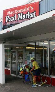 MacDonald's hat eben auch einen Food Market. Iron Bridge, Ontario