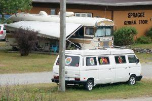Campingplatz ca 20 km nach Blind River, Ontario. Gestretchter VW-Bus. Im Hintergrund interessantes, altes Wohnmobil