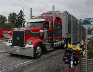 Truck und Brücke nach Espanola, Ontario