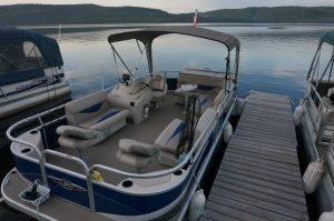 Am Campingplatz Morning Mist Resort in Stonecliff, Ontario. Solche Boote sieht man hier viele (auch auf Pickup-Anhängern)