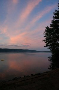 Am Campingplatz Pine Valley Resort in Stonecliff, Ontario. Sonnenuntergang Ottawa River