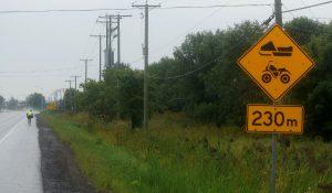 Quebec, etwa 50 km vor Montreal. Immer wieder gibt es Entfernungsangaben von exakt 230 Metern.