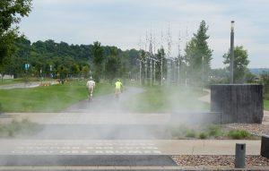 Quebec-City, Quebec. Radweg am Ufer des Sankt-Lorenz-Stroms. Künstlicher Nebel