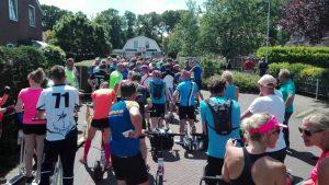 14:30 in Oudemirdum. Kurz vor dem Start zum eigentlichen Rennen
